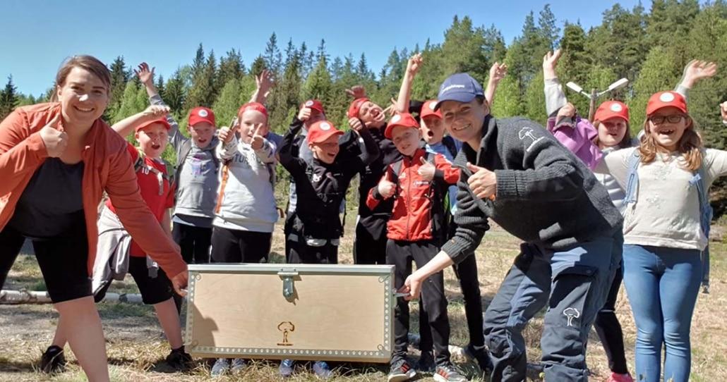 May-Sylvi fra Skogselskapet overrekker Skoleskogdag i boks til Harefoss skule.